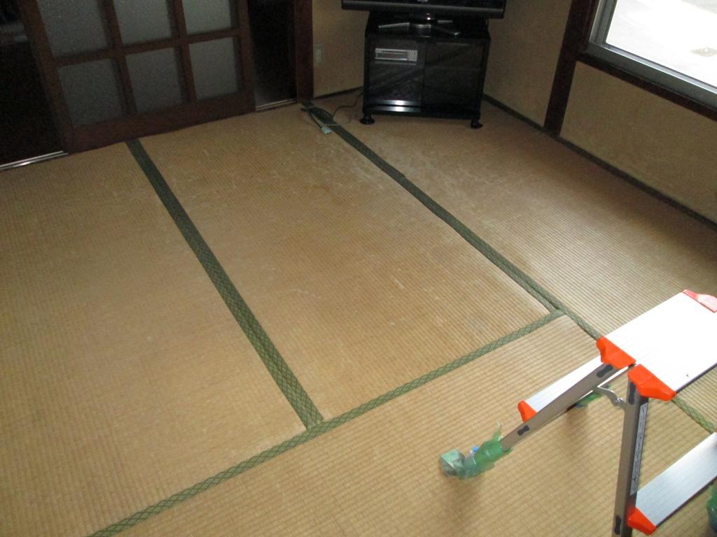 和室から洋室へ。炭敷きで床下 からのカビ対策!!