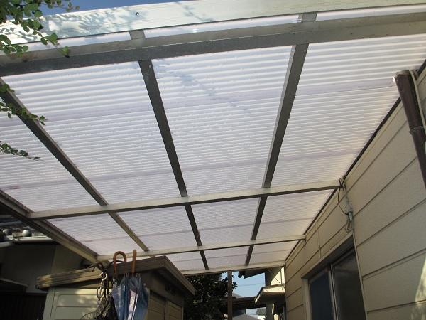テラス屋根を軽くて強いカーボネート板にしました。