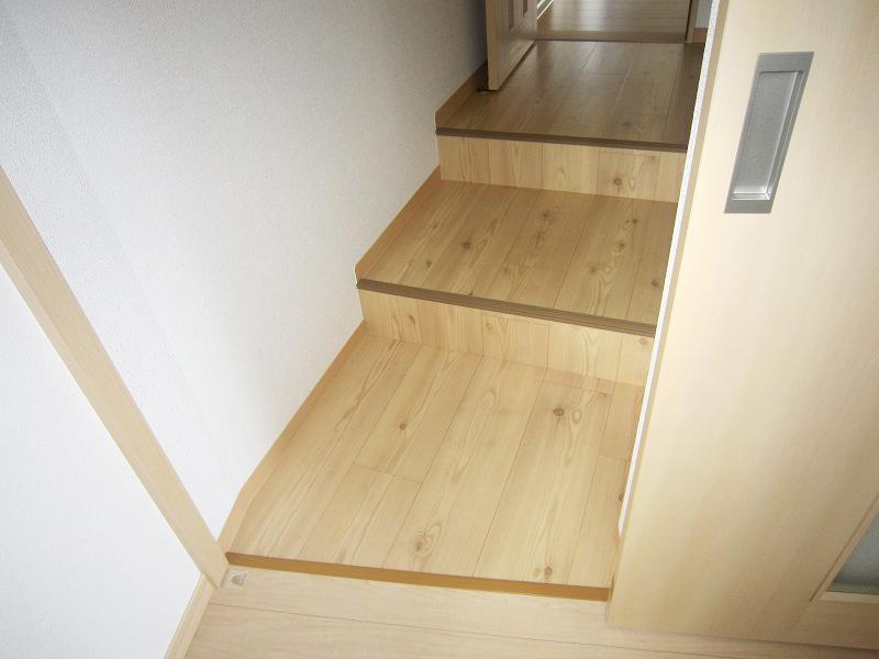 母屋と離れの2Fに渡り廊下を新設(1F・2Fにそれぞれの家族が集う2世帯住宅)